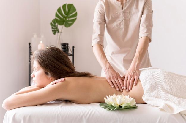 Massagista de close-up com cliente Foto gratuita