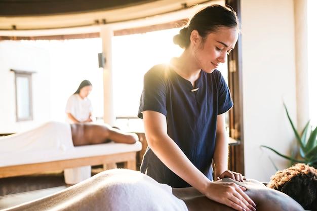 Massagista em um spa Foto gratuita