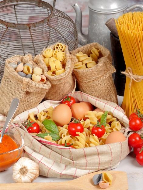 Massas com ovos e tomate cereja Foto Premium