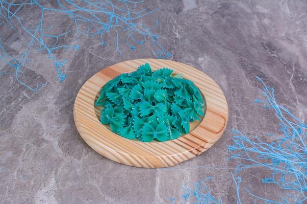 Massas de cor azul em uma travessa de madeira. Foto gratuita