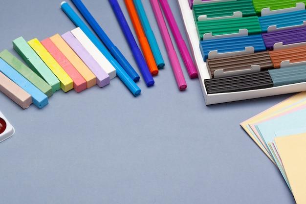 Massinha colorida para moldar em caixa. foto do estúdio Foto Premium