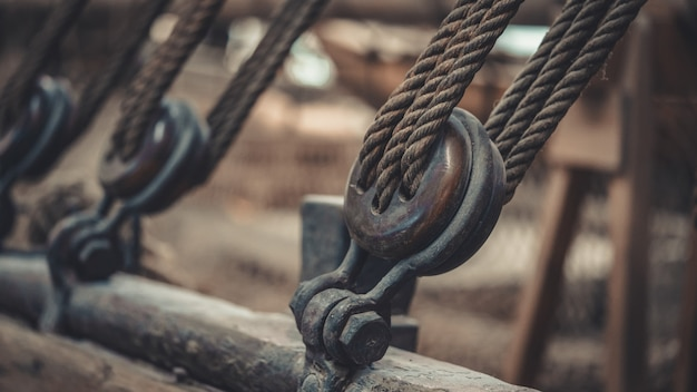 Mastro do navio e grua de corda amarrada Foto Premium