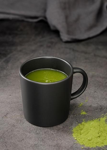 Matcha chá em copo com pó Foto gratuita