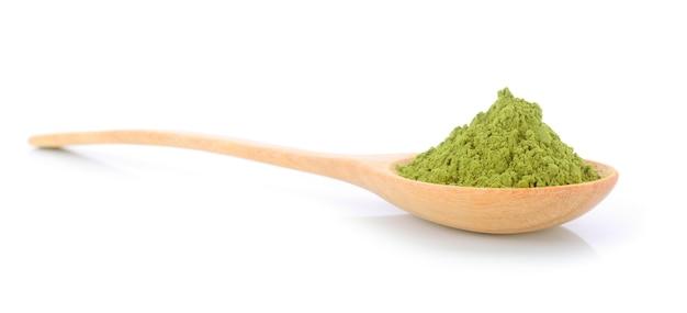 Matcha chá verde em pó em colher, isolado no fundo branco Foto Premium