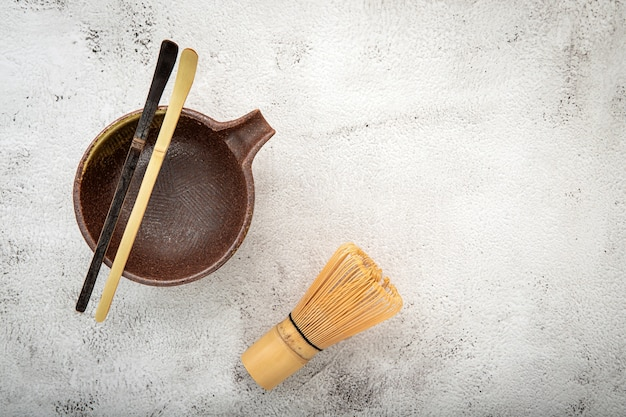Matcha conjunto de bambu matcha whisk e chashaku chá colher em concreto branco. Foto Premium