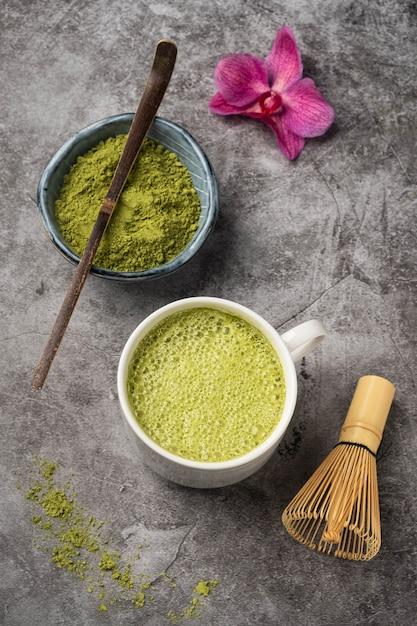 Matcha japonês chá verde em pó, colher de bambu e bata, Foto Premium