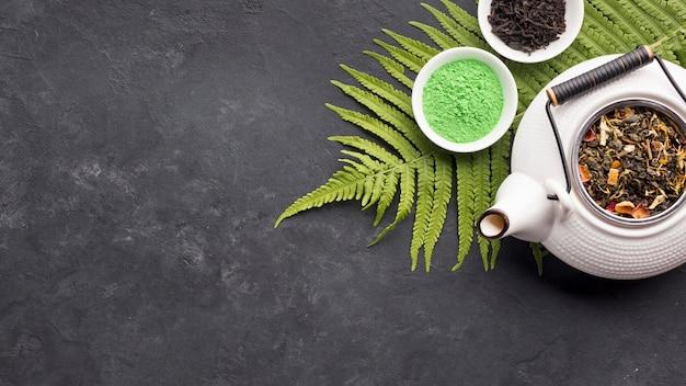 Matcha verde orgânico cru chá na tigela com ingrediente de chá seco Foto gratuita