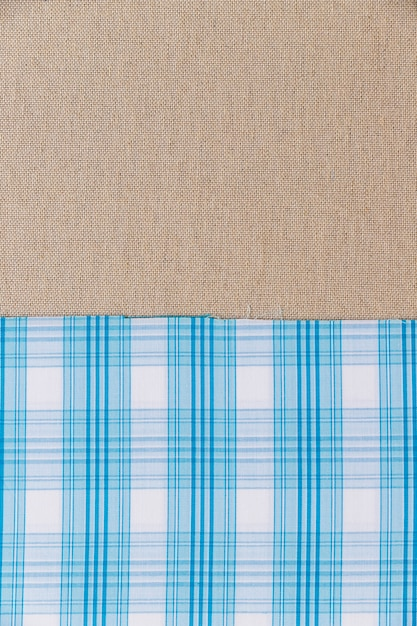 Matéria têxtil padrão xadrez azul no pano de saco liso Foto gratuita
