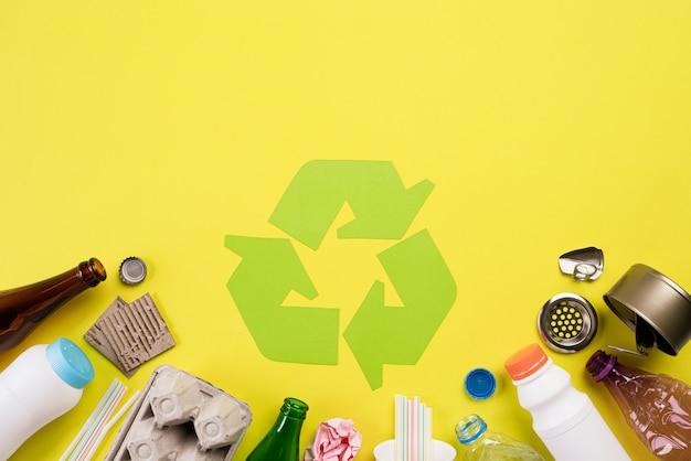 Materiais de lixo diferentes com símbolo de reciclagem. reciclar, conceito de meio ambiente Foto Premium