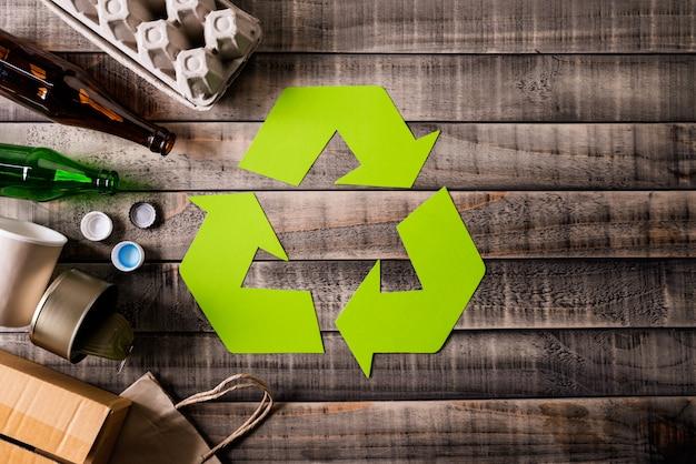Materiais de lixo diferentes com símbolo de reciclagem Foto Premium