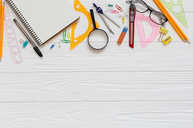 Materiais técnicos de desenho e óculos Foto gratuita