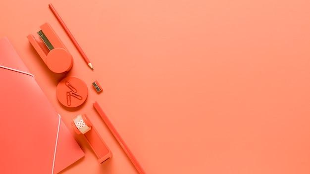 Material de escritório em fundo laranja Foto gratuita
