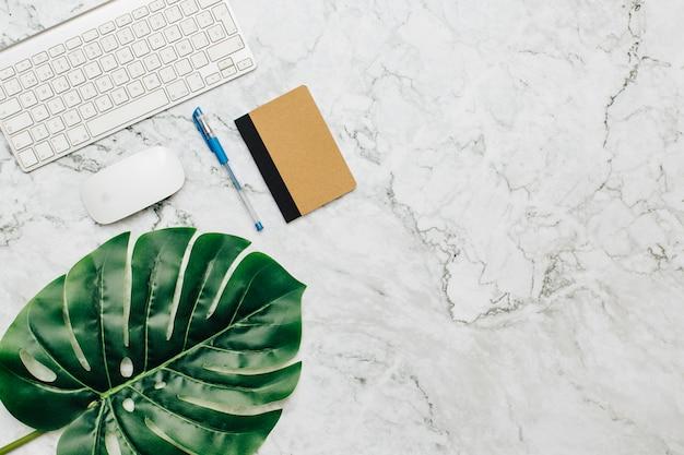 Material de escritório em uma mesa de mármore. Foto gratuita