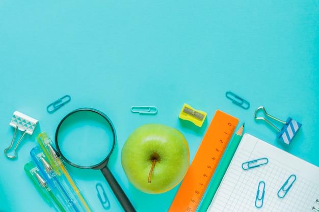 Material de escritório escolar em fundo azul Foto Premium