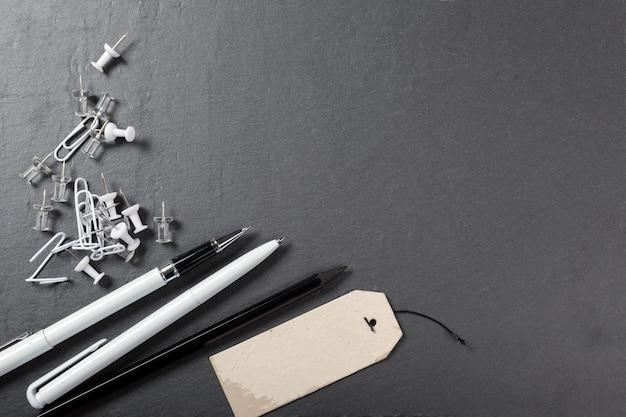 Material de escritório escolar em fundo bllack Foto Premium