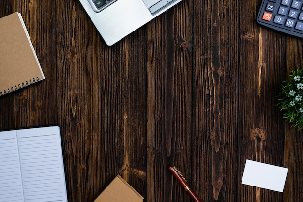 Material de escritório ou ferramentas essenciais de trabalho de escritório ou itens em fundo de madeira Foto Premium
