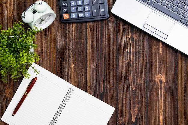 Material de escritório ou ferramentas essenciais de trabalho de escritório ou itens em madeira Foto Premium