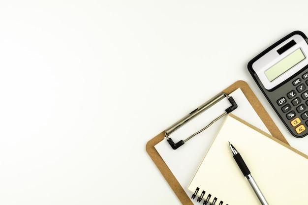 Material de escritório ou papelaria na mesa de escritório branco de manhã. - vista de cima com espaço de cópia. Foto Premium
