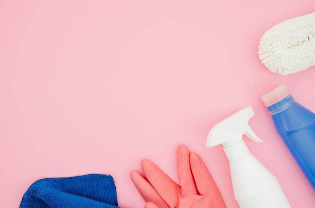 Material de limpeza no fundo rosa Foto gratuita