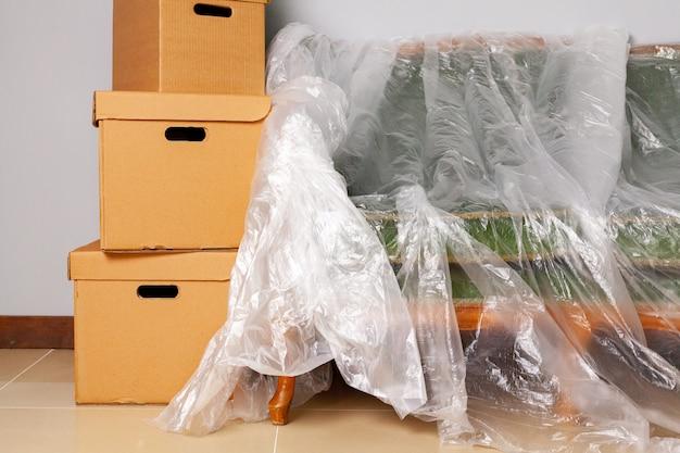 Material doméstico embalado em caixas e sofá embalado para mudança Foto Premium