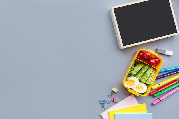 Material escolar artigos de papelaria em fundo cinza Foto Premium