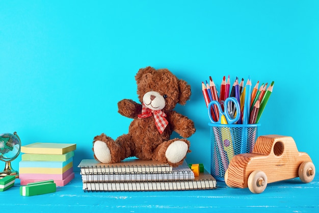 Material escolar: caderno, lápis, adesivos, tesoura Foto Premium