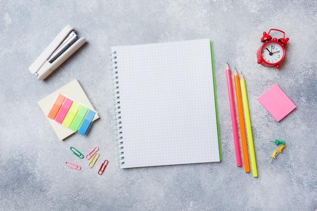 Material escolar, cadernos lápis cinza com espaço de cópia. Foto Premium