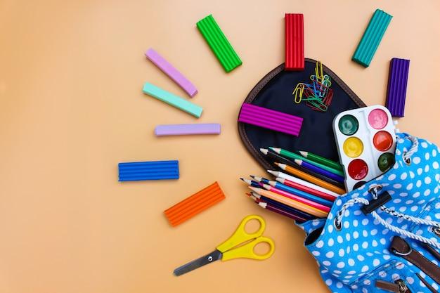 Material escolar cai da mochila Foto Premium