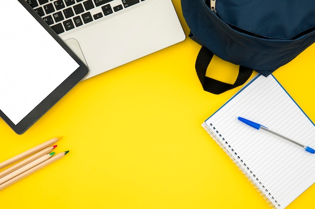 Material escolar com laptop e tablet Foto gratuita