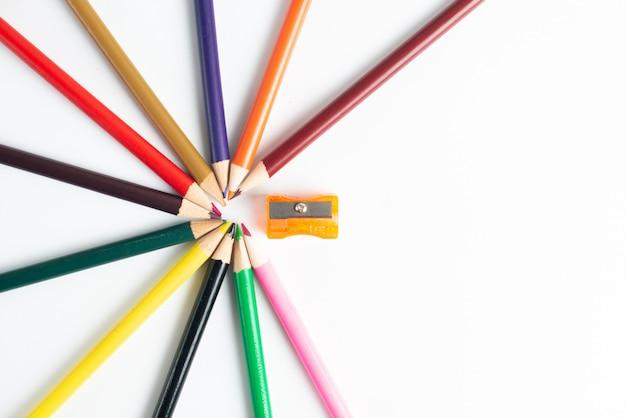 Material escolar e lápis coloridos em branco Foto Premium