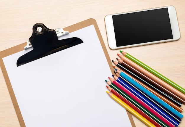 Material escolar em fundo de madeira Foto Premium