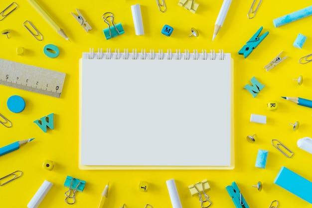 Material escolar multicolorido em fundo amarelo com espaço de cópia Foto Premium