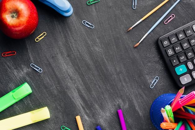 Material escolar no quadro-negro Foto gratuita