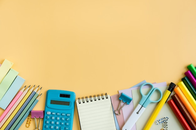 Material escolar papelaria equipamentos na cor de fundo com espaço de cópia Foto Premium