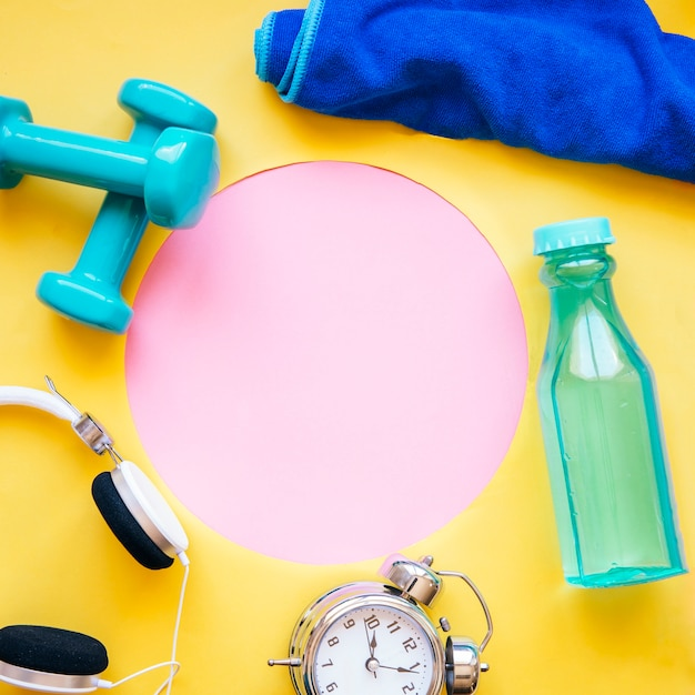 Material esportivo em torno do círculo rosa Foto gratuita