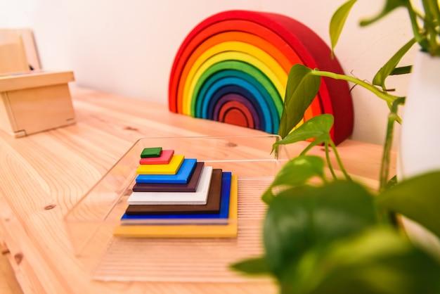Material montessori dentro de uma sala de aula de uma escola infantil. Foto Premium