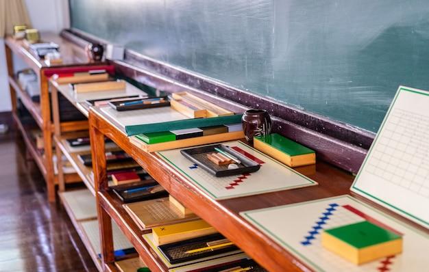Material montessori para treinar o desenvolvimento de crianças na preschool classroom Foto Premium
