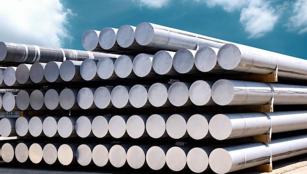 Matérias-primas industriais, monte de barra de alumínio na fábrica de perfis de alumínio. Foto Premium