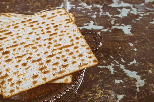 Matza judaica em pão ázimo de páscoa Foto Premium
