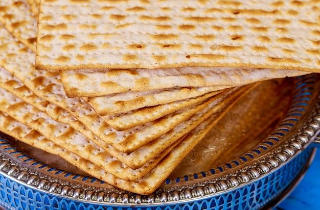 Matza judaica sobre a páscoa judaica pão sem fermento Foto Premium