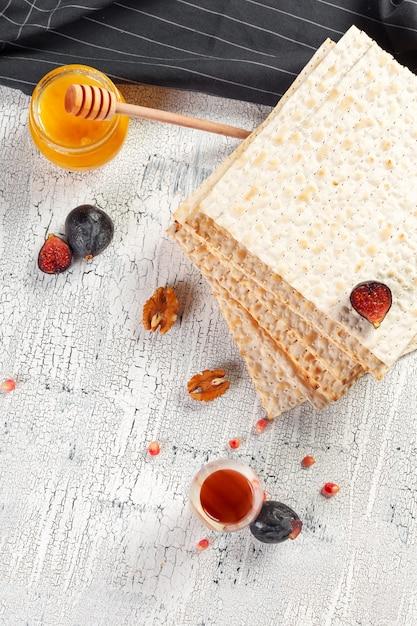 Matzo kosher judaico tradicional para a páscoa pesach Foto Premium