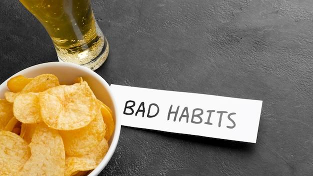 Maus hábitos de cerveja e batatas fritas Foto gratuita