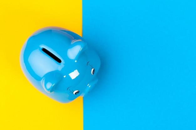 Mealheiro azul caixa de dinheiro em brilhante colorido Foto Premium