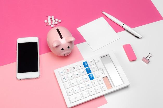 Mealheiro e calculadora Foto Premium
