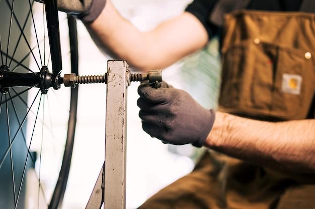 Mecânico consertando uma bicicleta Foto gratuita