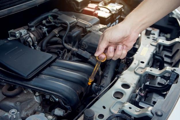 Mecânico de carro que trabalha com a chave na garagem. serviço de reparo. Foto Premium