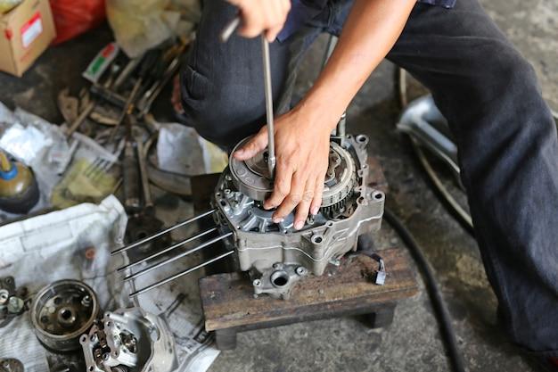 Mecânico de fixação de motor de moto Foto Premium