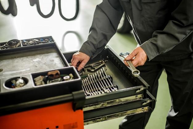 Mecânico levando instalações de caixa especial para instrumentos mecânicos. Foto Premium