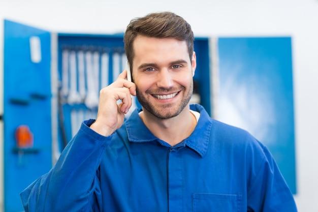 Mecânico sorridente no telefone Foto Premium