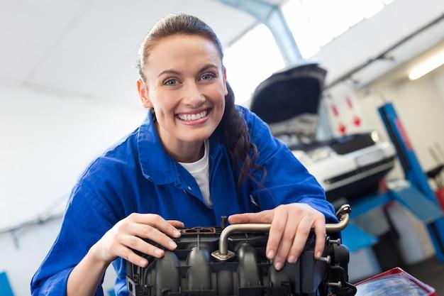 Mecânico trabalhando em um motor Foto Premium